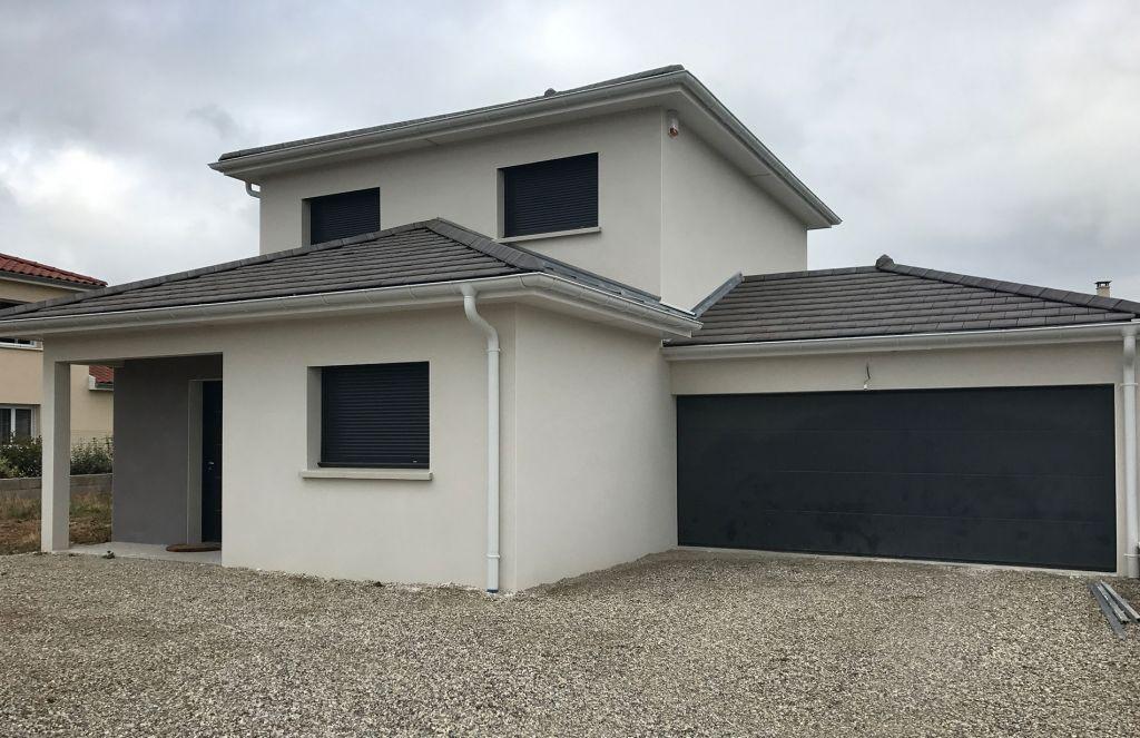 Maison à étage contemporaine aux tuiles noires